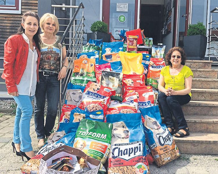 Renate Holland, Evelyn Bauer und Silvia Thanhofer (v.l.) bei der Übergabe der Futterspenden